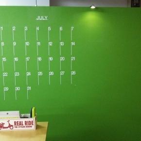 グリーンなのに黒板(カレンダーデザインはグラフイックデザイナー直井さん、ありがとう!))